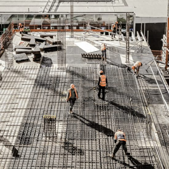 Hochwinkelansicht der Arbeiter auf der Baustelle
