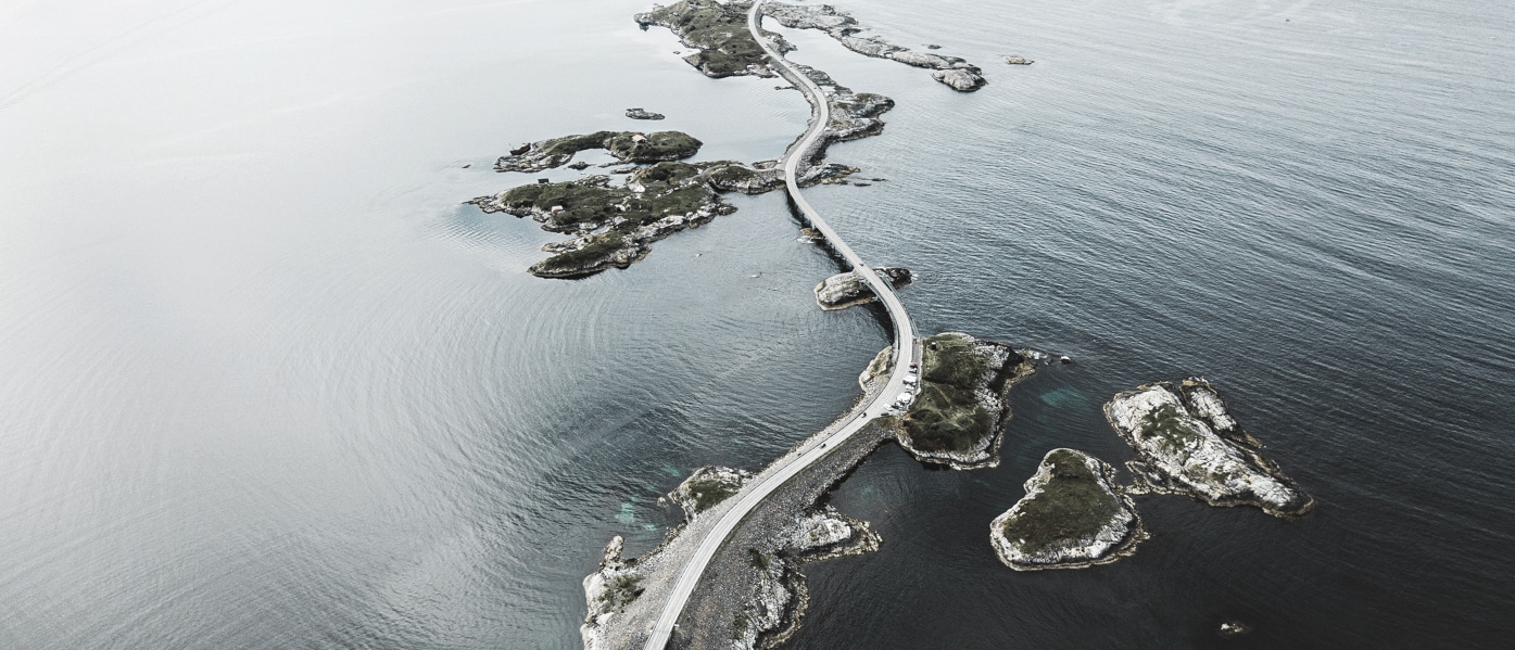 Ein Küsten-Highway taucht ab