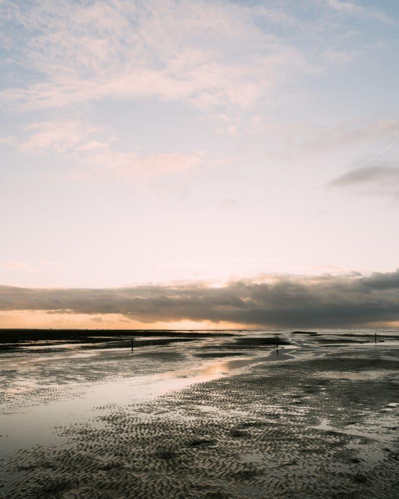 Blick über das Wattenmeer an der Nordsee in Westerheversand