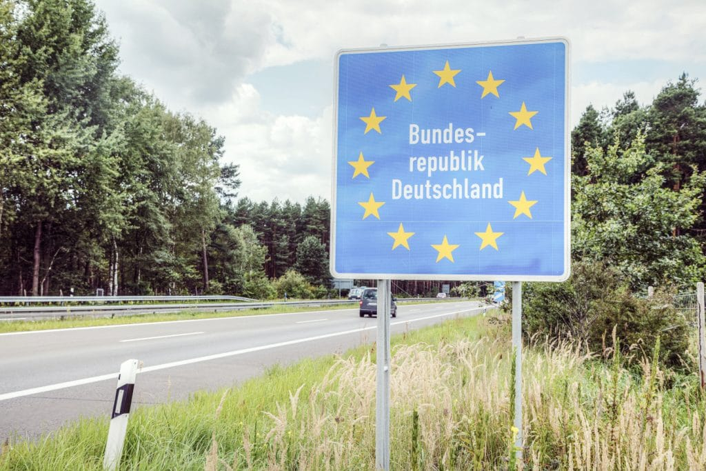 Grenze von Deutschland mit großem Schild am Straßenrand