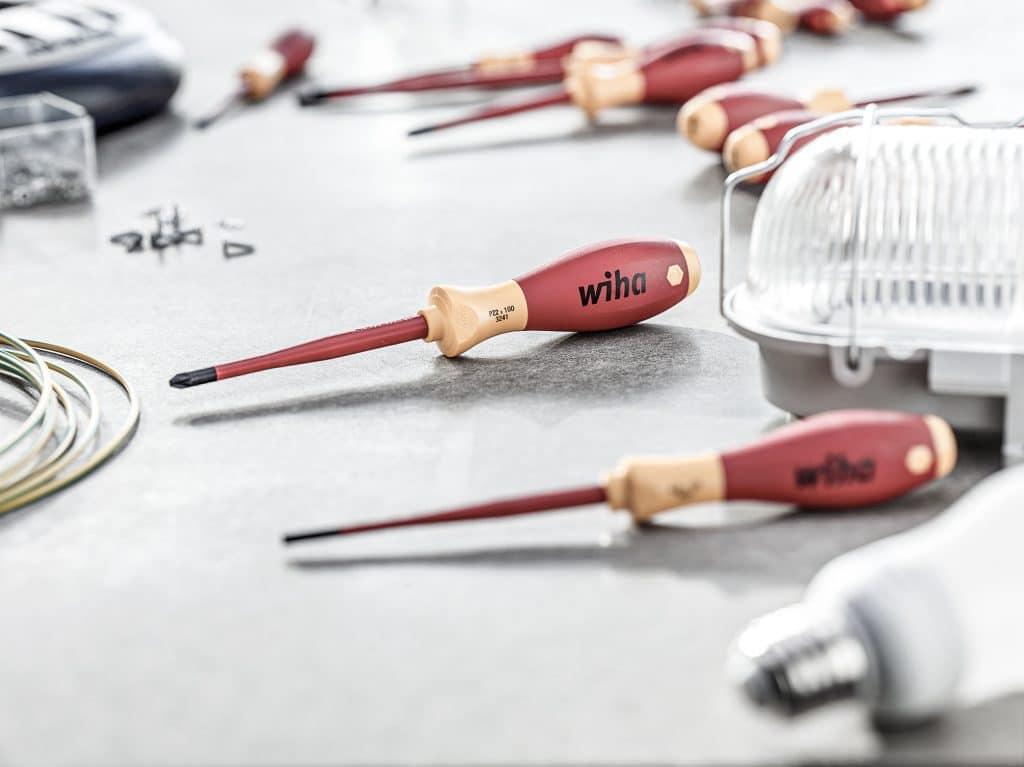 Diverse Schraubendreher von Wiha liegen auf einer weißen Oberfläche
