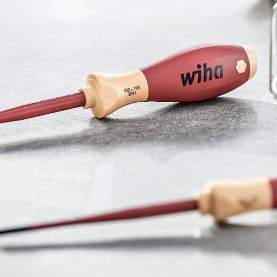 Zwei Wiha Schraubendreher für Elektriker liegen auf einer weißen Oberfläche