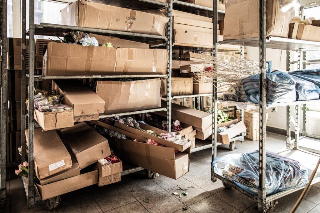 Leere Kartons liegen unaufgeräumt in einem Lagerraum