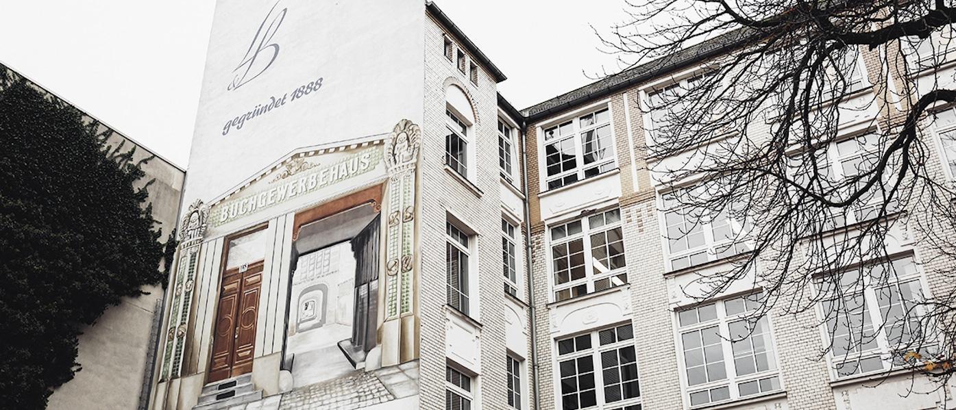 Fassade eines Gewerbehofs in Berlin mit Wandgemälde