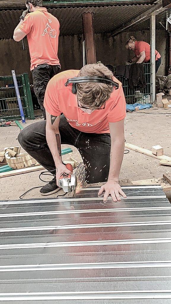 Ein Contorion-Mitarbeiter beim Sägen von Metall