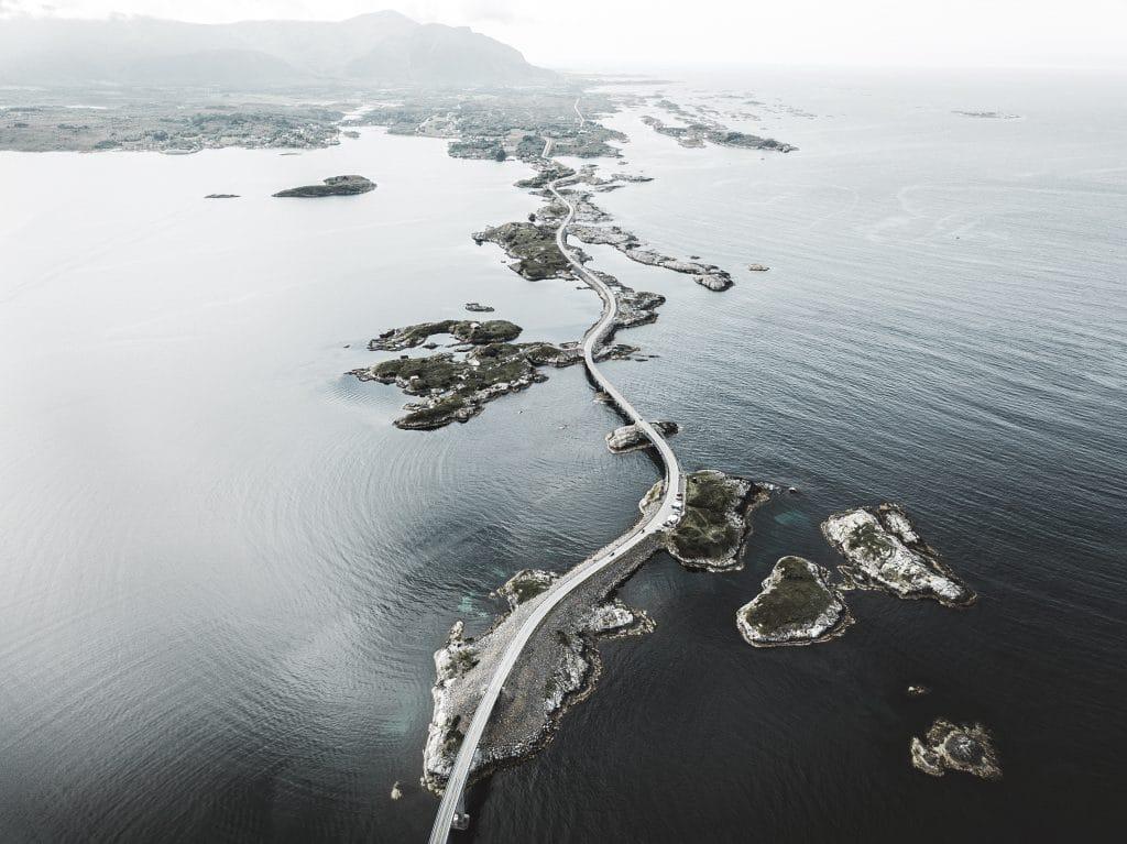 Aus der Vogelperspektive blicken wir auf eine Straße, die sich über Inseln und Brücken entlangschlängelt