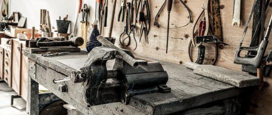 Alte Werkbank in einer Werkstatt mit Schraubstock
