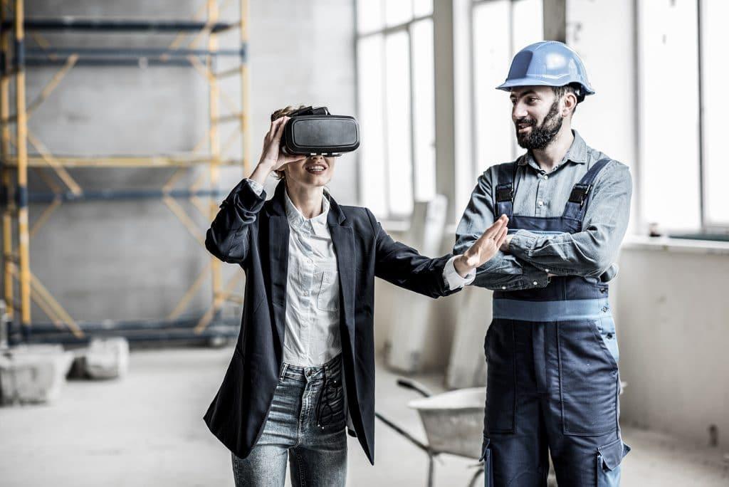 Eine Frau und ein Mann sind auf einer Baustelle, die Frau trägt eine Augmented Reality Brille