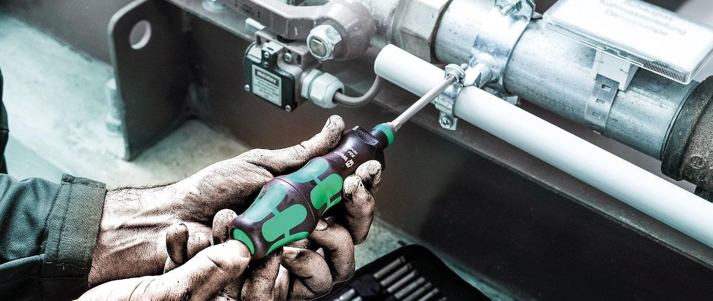 handwerker montiert etwas mit dem wera schruabendreher kraftform turbo