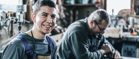 Auzubi und Ausbilder arbeiten gemeinsam in der Holzwerkstatt