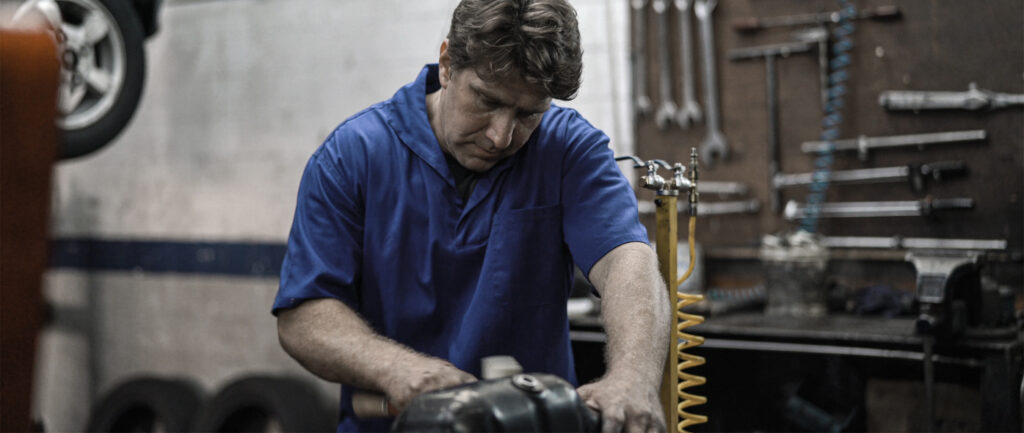Mechaniker in einer Autowerkstatt