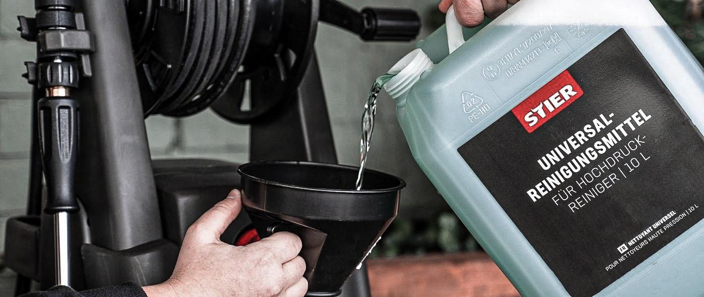 STIER Hochdruckreiniger wird mit Reinigungsmittel befüllt