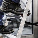 Handwerker steigt auf Leiter