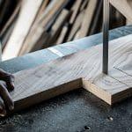 Bandsäge schneidet ein Stück Holz