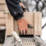 Mann arbeitet auf Dach im Winter